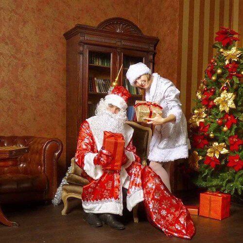 Дед Мороз и Снегурочка с подарками.